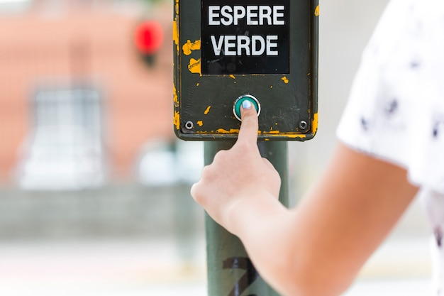 Ludzka ręka naciskając zielony sygnał oczekiwania