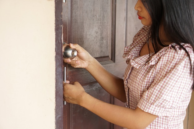 Ludzka ręka otwiera drzwi pokoju