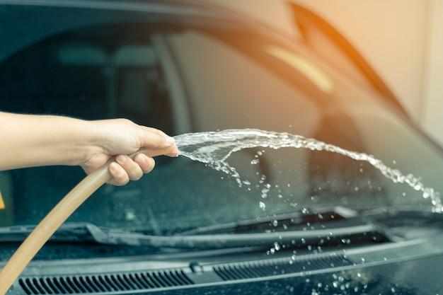 Ludzka ręka pokazuje czyści samochód