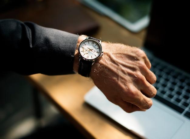 Ludzka ręka pracuje z laptop sieci technologią