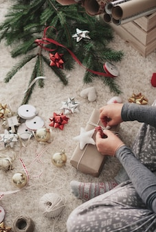 Ludzką ręką przygotowywanie prezentów na boże narodzenie