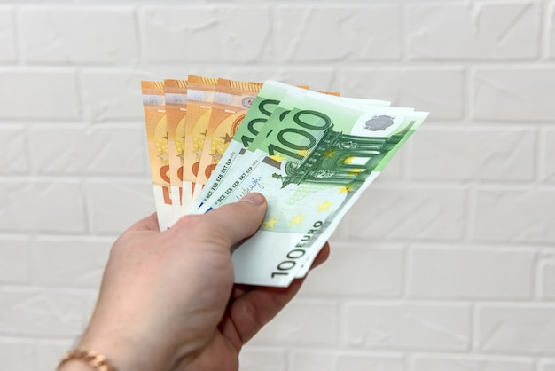 Ludzka ręka z banknotami euro z bliska