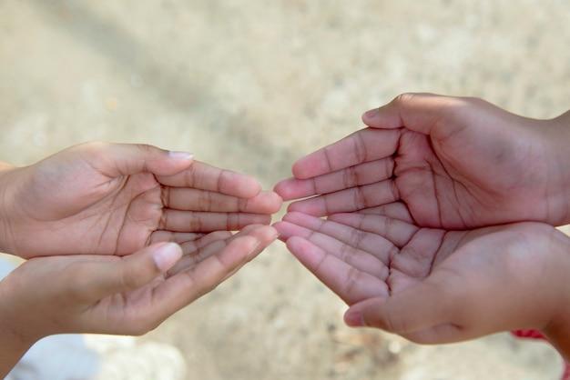 Ludzka ręka z otwartą dłonią z rozmytym tłem