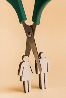 Ludzkie kształty z nożyczkami