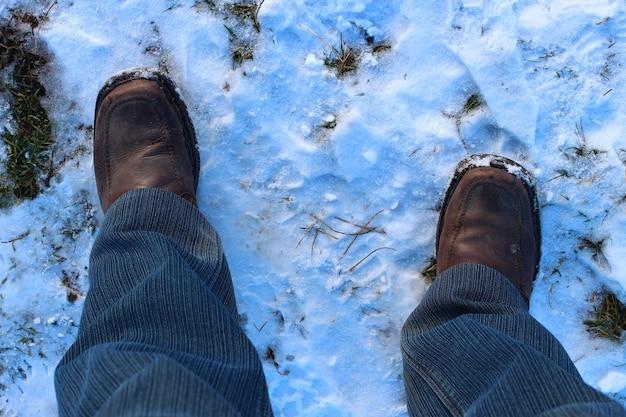 Ludzkie nogi na śniegu
