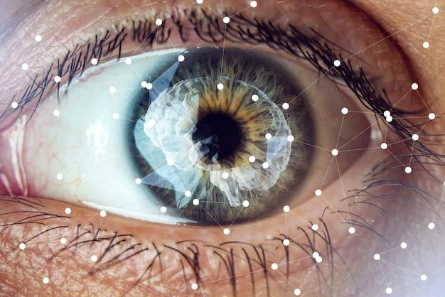 Ludzkie oko z wizerunkiem mózgu w źrenicy. pojęcie sztucznej inteligencji