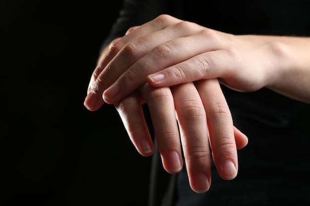 Ludzkie ręce na czarnym tle