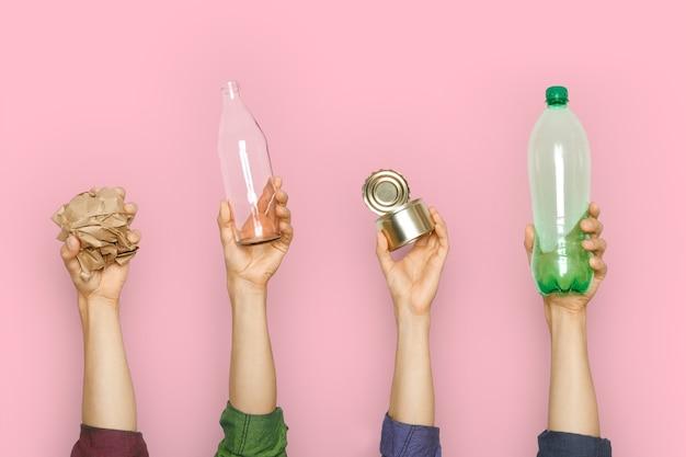 Ludzkie ręce trzymają śmieci. koncepcja ratowania planety, segregacja śmieci.