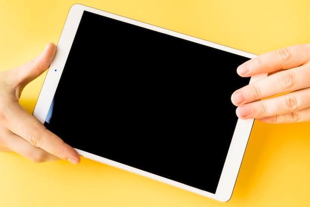 Ludzkie ręce, trzymając tabletkę
