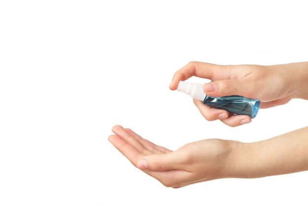 Ludzkie ręce używają sprayu sanitazer na białym tle. covid 19