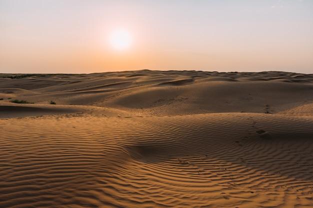 Ludzkie ślady na piasku na pustyni