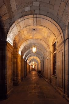 Lufowy sklepienie architektury szczegółu widok przy nocą