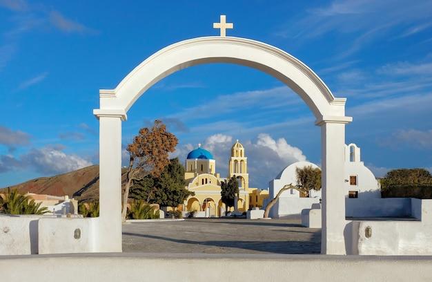 Łuk, kościół i dzwonkowy górujemy w oia wiosce, santorini wyspa, grecja
