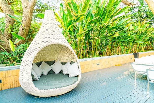 Łuk ogrodowy krzesło ogrodowe na zewnątrz