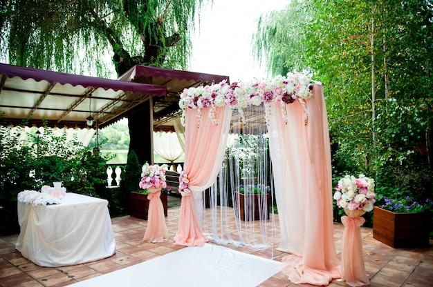 Łuk różowy ślub