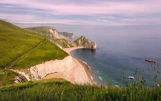 Łuk skalny durdle door na wybrzeżu dorset wybrzeża jurajskiego w anglii o zachodzie słońca