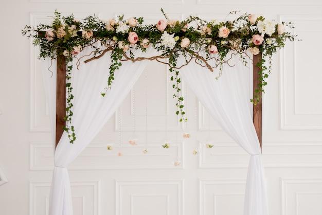Łuk ślub z kwiatami