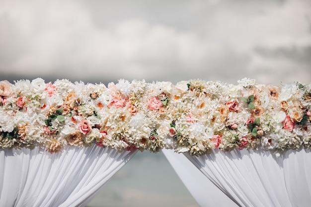 Łuk ślubny ozdobiony różami