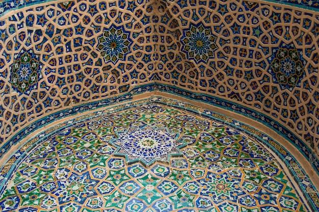 Łuk sufitowy z tradycyjną starożytną azjatycką architekturą mozaiki średniowiecznej azji środkowej