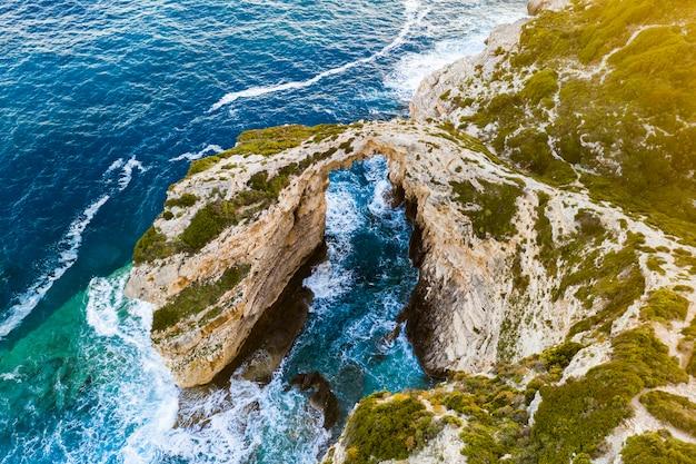 Łuk tripitos, naturalny łuk na morzu na wyspie paxos, widok z lotu ptaka. grecja.