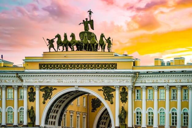 Łuk triumfalny budynku kwatery głównej na placu pałacowym. sankt petersburg .rosja.