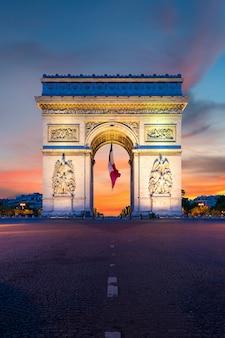 Łuk triumfalny de paris w nocy w paryżu, francja.
