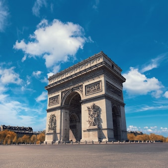 Łuk triumfalny w paryżu w jasny dzień