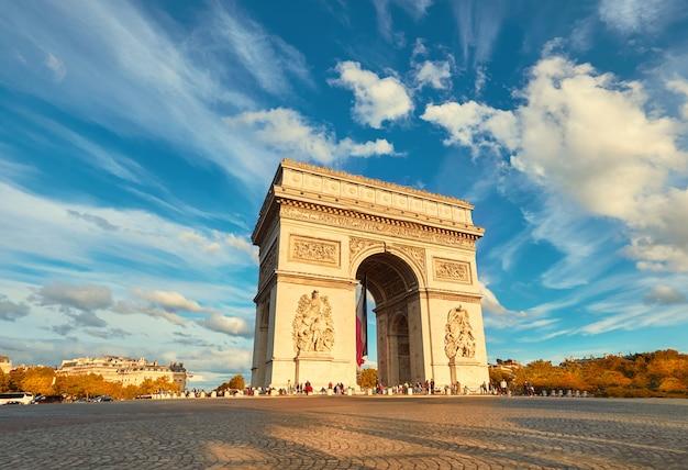 Łuk triumfalny w paryżu z pięknymi chmurami za jesienią