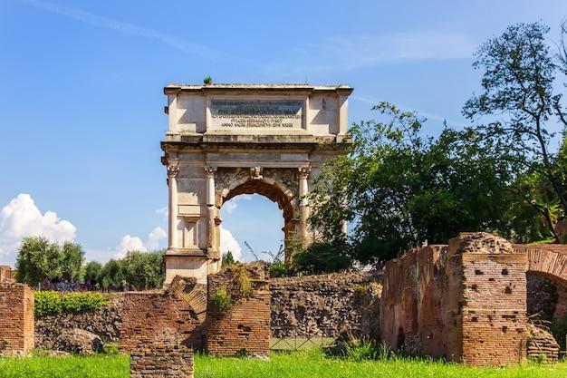Łuk tytusa na forum romanum, rzym, włochy.