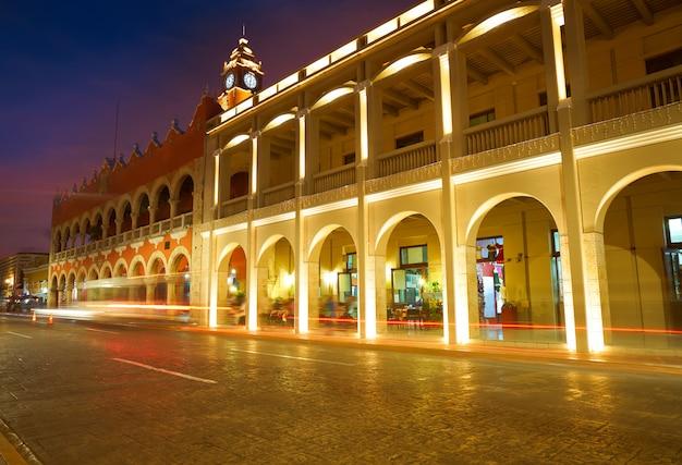 Łuki arkad miasta merida z yucatan w meksyku