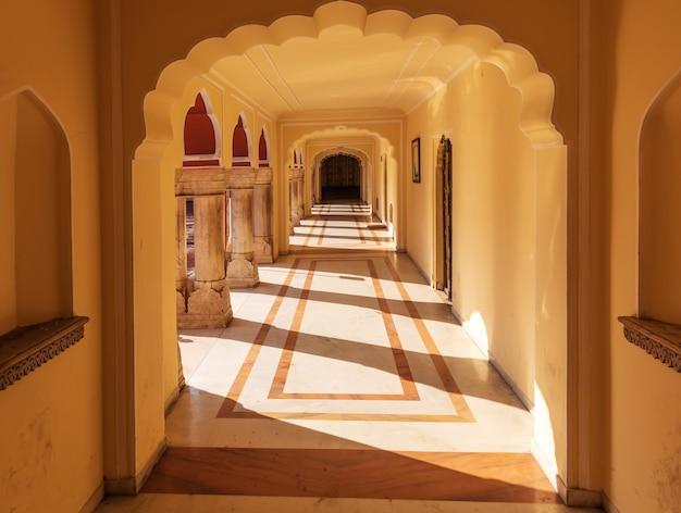 Łuki pałacu miejskiego w jaipur w indiach.