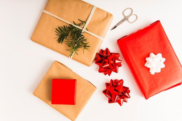 Łuki, zestaw obecnych pudełek w papierach rzemieślniczych i nożycach