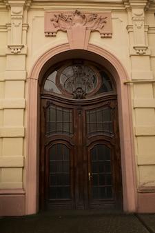 Łukowe drzwi wejściowe z witrażem. lwów, ukraina