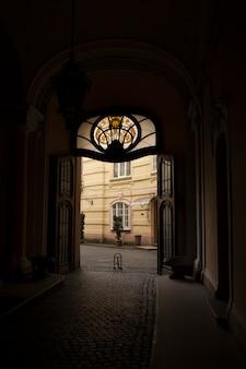 Łukowe wejście do kasyna z witrażem. lwów, ukraina
