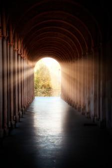 Łukowy korytarz oświetlony przez słońce