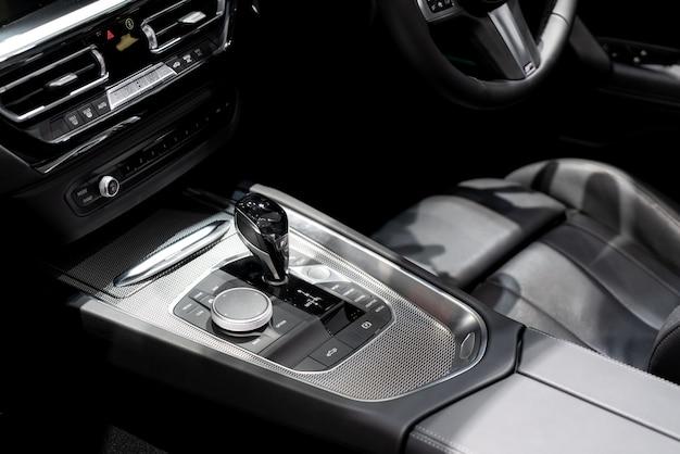 Luksus wnętrza samochodu w strefie zmiany biegów.