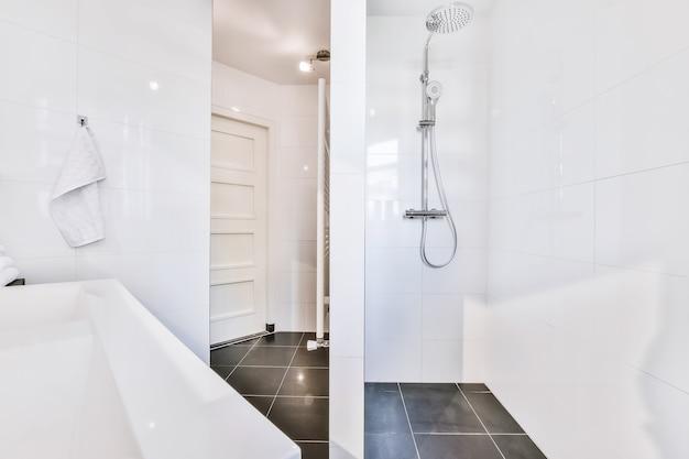 Luksusowa aranżacja łazienki z marmurowymi ścianami