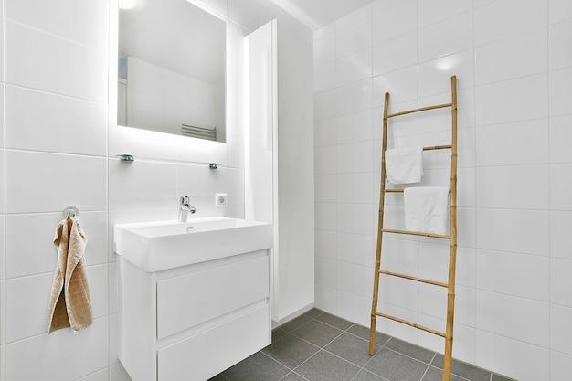 Luksusowa Aranżacja łazienki Z Marmurowymi ścianami Premium Zdjęcia