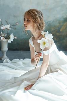 Luksusowa biała suknia ślubna na ciele dziewczynki.