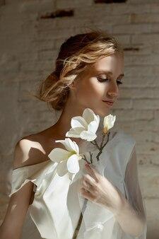 Luksusowa biała suknia ślubna na ciele dziewczyny. nowa kolekcja sukien ślubnych. poranna panna młoda, kobieta czekająca na pana młodego przed ceremonią ślubną