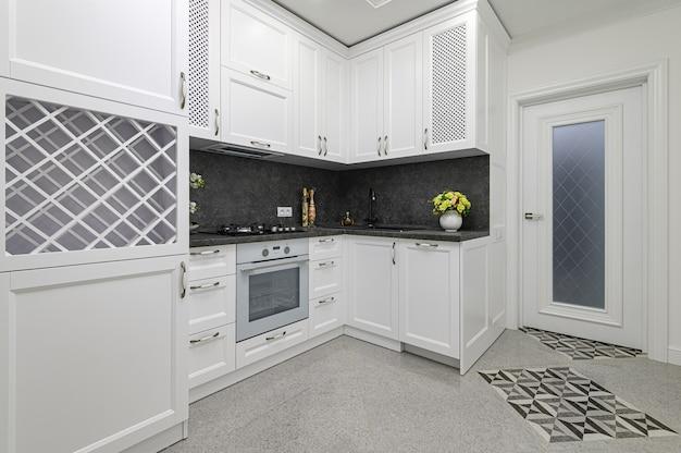 Luksusowa, dobrze zaprojektowana nowoczesna czarno-biała kuchnia