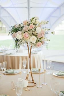 Luksusowa, elegancka aranżacja stołu weselnego, kwiatowy centralny element.