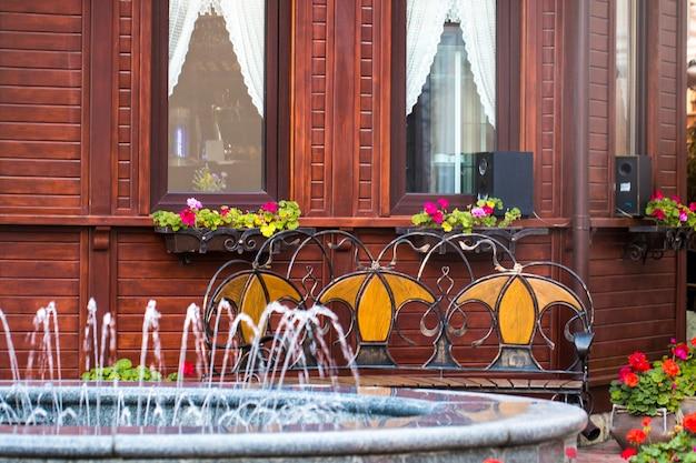 Luksusowa fasada domu z fontanną i ładnym krajobrazem?