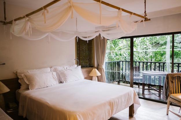 Luksusowa i chłodna sypialnia w hotelu