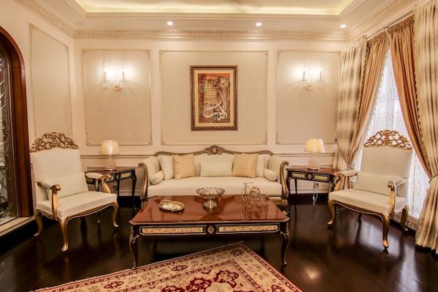 Luksusowa jadalnia z białymi krzesłami