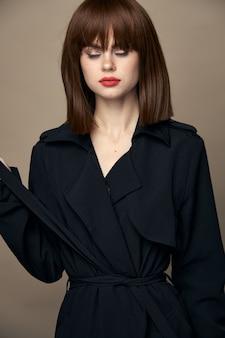Luksusowa kobieta czarny płaszcz czarujący uśmiech uśmiechnięte studio wolne miejsce