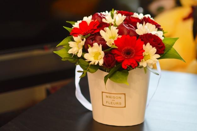 Luksusowa kompozycja kwiatowa. kwiaty w pudełku. romantyczny prezent kwitnący.