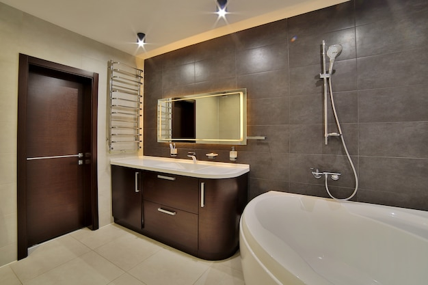 Luksusowa łazienka w stylu francuskim w domu. wnętrze łazienki.