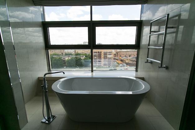 Luksusowa łazienka z widokiem na miasto