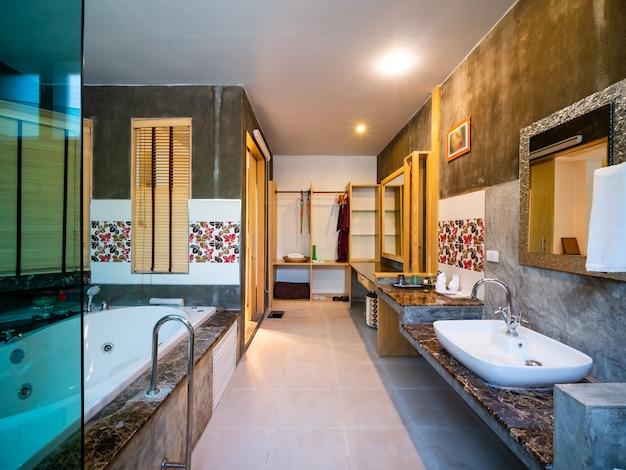 Luksusowa łazienka z wyposażeniem sanitarnym